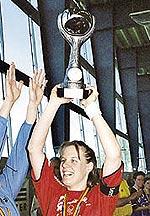 Captain Katja Rombach mit dem Cupsieger Pokal