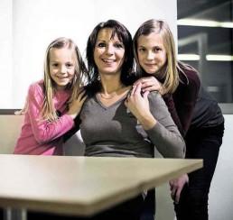 Monika Simova flankiert von ihren Töchtern Lenka (links) und Katarina, die beide ihrer Mutter nacheifern und bei Fides Handball spielen.